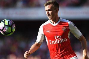Bek Arsenal Nyaris Kena Jebakan Fan dan Tanda Tangani Jersey Tottenham Hotspur