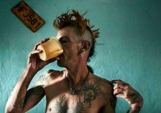 Ketika Sekelompok Punk Sengaja Menyuntikkan Virus HIV ke Tubuh Sendiri untuk Mendapatkan Kedamaian dan Kebebasan