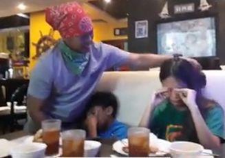 Dua Anak Ini Menangis Saat Lihat Pelayan Restoran Itu Ternyata Ayahnya yang 'Hilang' Selama Tiga Tahun
