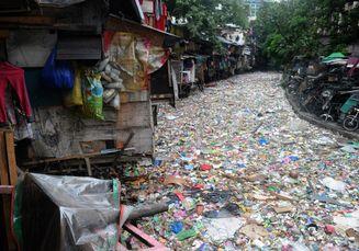 Video: Gelombang Penuh Sampah Menerjang Pinggir Pantai di Filipina