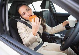 Sering Makan Sambil Nyetir? Para Ahli Ungkap 10 Makanan yang Paling Sering Sebabkan Kecelakaan