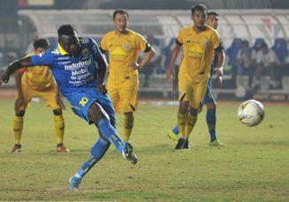 Pelatih Persib Ungkap Penyebab Ezechiel N'douassel Gagal Eksekusi Penalti