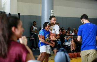 VIDEO - Reaksi Kocak Stephen Curry Setelah Aksi Ajaib Peserta Warriors Summer Camp
