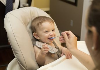 Apa Tanda-tanda Bayi Siap Menerima Makanan Padat?