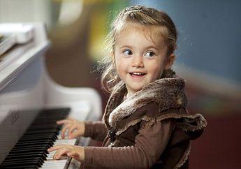 Si Kecil Suka Bermain Musik, Tanda Tipe Anak Penolong dan Cerdas
