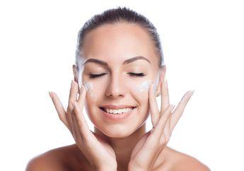 Pilih Water atau Oil Skincare? Simak Karakteristik dan Manfaatnya!