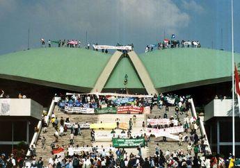 Hari Ini 20 Tahun Lalu, Ribuan Mahasiswa Duduki Gedung MPR/DPR Menuntut Reformasi