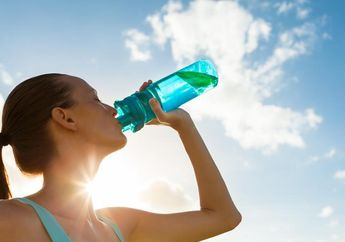 Masih Minum Sambil Berdiri? Awas, Penyakit Ini Mengintai Kita