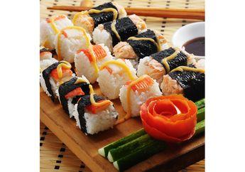 Mmm, Lezatnya Makan Sushi Buatan Sendiri untuk Berbuka Puasa!