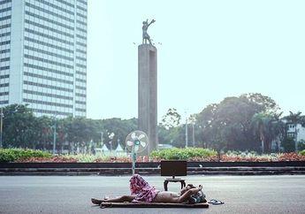5 Potret Warga Menikmati Sepinya Jakarta Saat Musim Mudik, Salah Satunya Main PS di Tengah Jalan