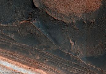 NASA: 'Longsoran Balok Es' Membentuk Kembali Permukaan Mars