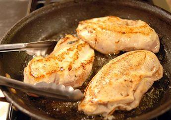 Supaya Tidak Kering, Begini Cara Menumis Dada Ayam yang Benar