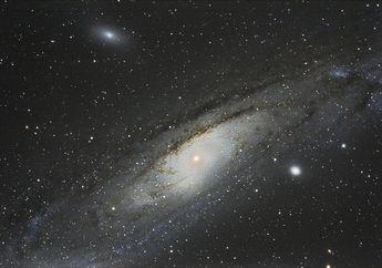 Misteri Galaksi M32 yang Pernah Dimakan oleh Galaksi Andromeda