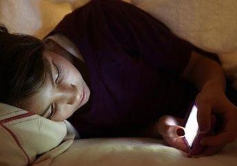 Suka Tidur Dekat Ponsel? Hati-hati! Ini Akibatnya Untuk Kesehatan Kita