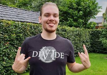 Keren! Bule Belanda Ini Nyablon Kaos Band Cadas Indonesia, Divide
