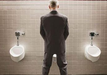 Begini Cara Perusahaan Buktikan Toiletnya Bersih, Manajernya Rela Makan Nasi Langsung dari Kloset!