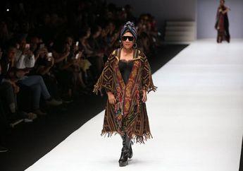 Masuk Daftar Global Thinkers 2019, Begini Foto-foto Keren Susi Pudjiastuti di Panggung Fashion