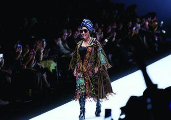 Berlenggak-lenggok Bak Model dengan Kacamata Hitam dan Boots, Menteri Susi Bikin JFW 2019 Riuh