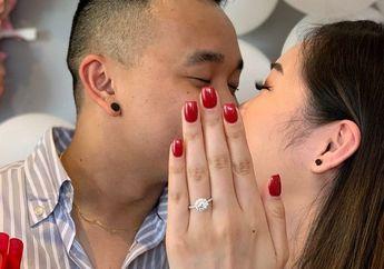 Sepasang Kekasih Berfoto Manis Setelah Bertunangan, Proses Pembuatannya Bikin Ngakak
