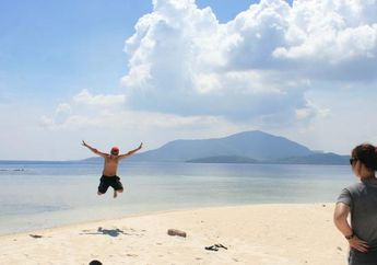Menikmati Pantai Perawan dan Berenang Bersama Hiu di Karimunjawa