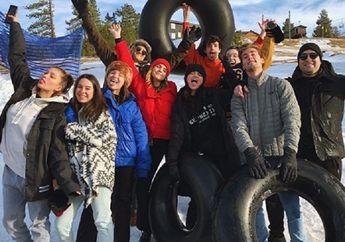 Usai Jalani Pengobatan Mental, Selena Gomez Liburan dan Nikmati Musim Dingin bersama Rekannya!