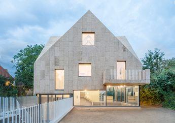 Rumah di Berlin Ini Miliki Fasad dan Atap yang Dibungkus Gabus Limbah