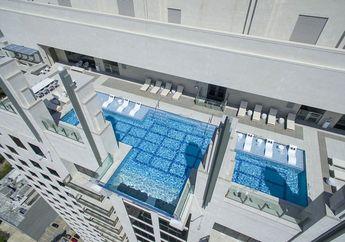 Sky Pool, Kolam Renang Transparan di Lantai 42 Gedung, Berani Coba?