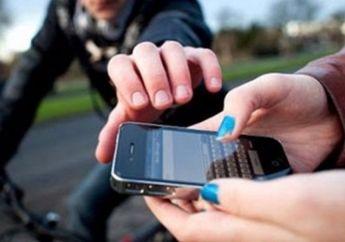 Awas Jangan Main Handphone Di Jalan Jadi Incaran Jambret Pakai Motor