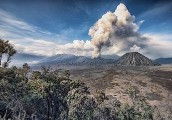 Gunung Bromo Semburkan Abu Vulkanik Hingga 700 Meter