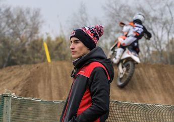 Dasar Marquez, Lama Gak Latihan Motocross, Pas Main Kayak Anak Kecil Ketemu Mainan