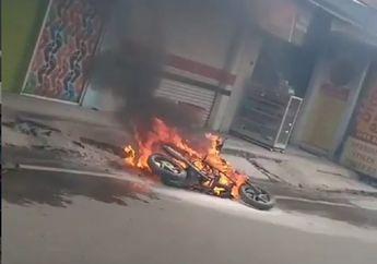 Miris! Sebuah Motor Terbakar di Depok, Driver Ojek Online Panik
