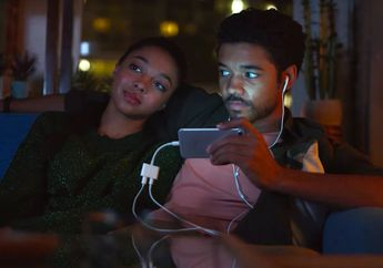 Samsung Hapus Iklan yang Sindir Dongle Headphone Milik iPhone