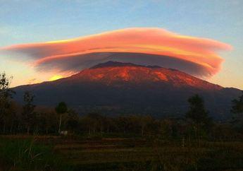 Terjadi di Pagi Hari, Fenomena Unik Ini Terjadi Berbarengan di 4 Gunung Tinggi Tanah Jawa. Apa Penyebabnya?