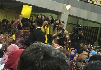 """Ketua BEM UI Acungkan """"Kartu Kuning"""" Ke Jokowi Sebagai Peringatan Atas 3 Masalah Negara Ini"""