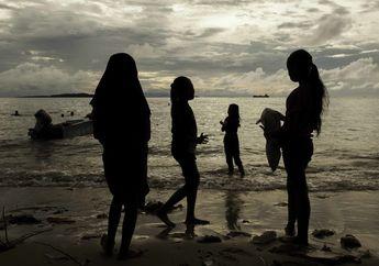 Bergurau di Pantai Sorong