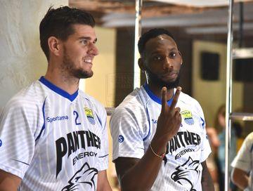 Pemain asing Persib Bandung, Nick Kuipers, bersama Geoffrey Castillion saat mengikuti pemusatan latihan tim di Lembang, Kabupaten Bandung Barat, pada 30 Januari 2020.
