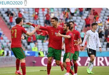 Para pemain timnas Portugal merayakan gol Cristiano Ronaldo ke gawang timnas Jerman dalam laga Grup F EURO 2020 di Stadion Football Arena, Sabtu (19/6/2021).