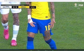 Celana Neymar robek saat mentas pada final Copa America 2021 kontra Argentina.