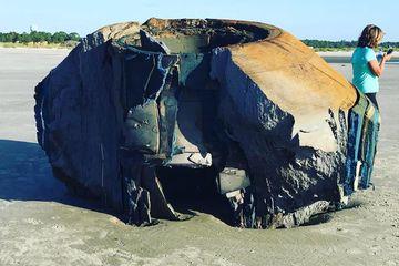 Objek Misterius Mirip Piring Terbang Terdampar di Pulau Seabrook