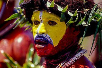 Di Pulau Papua, Suku Huli yang Gemar Berperang Merias Tubuh untuk Berikan Pesan Mengerikan Ini