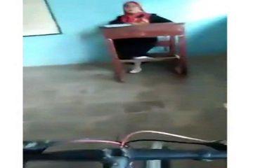 Viral Video Siswa Bersepeda Di Kelas Ditegur Gurunya Malah Melawan, Ndasku Wes Mobal!