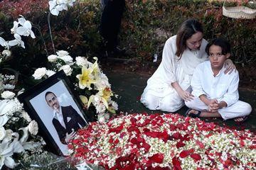 BCL dan Noah Sinclair duduk bersimpuh di sebelah makam Ashraf Sinclair