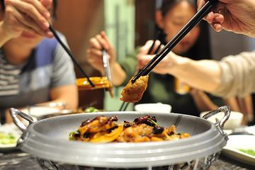Hasil gambar untuk makan pakai sumpit