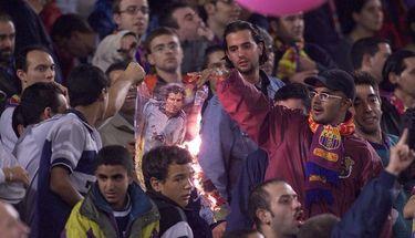 BOLA Hari Ini: Atmosfer Neraka buat Sang Judas Camp Nou, Luis Figo