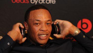 Dr. Dre Terima Tantangan Tim Cook untuk Diguyur Air Es