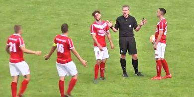 Konyol, Wasit ini Tak Sengaja Bikin Gol di Liga Amatir Belanda