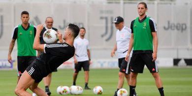 VIDEO - Ronaldo Lari Sangat Kencang, Higuain Pasrah Digocek di Latihan Juventus