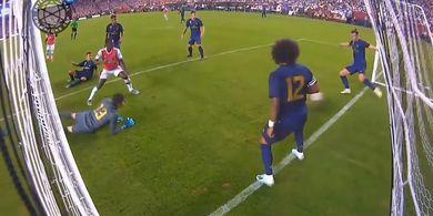 VIDEO - Gareth Bale Tekel Bola Sampai Jatuh Duduk Demi Selamatkan Gawang Madrid