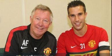 Belum Bisa Move On, Van Persie Ketahuan Pakai Atribut Manchester United