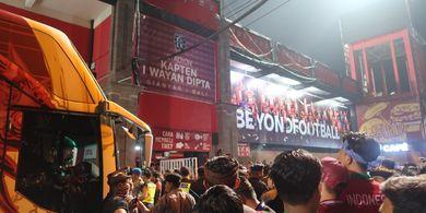 Teriakan 'Simon Out' Terdengar Lantang saat Jumpa Pers, Suporter Adang Bus Timnas Indonesia